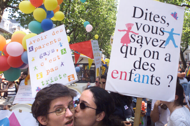 A la Gay pride parisienne de 2001, trois ans avant le premier «mariage» de personnes de même sexe organisé par l'écologiste Noël Mamère © Mal Langsdon / Reuters
