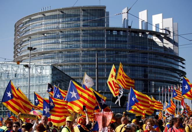 Des indépendantistes catalans devant le Parlement de Strasbourg, le 2 juillet 2019. © Vincent Kessler / Reuters