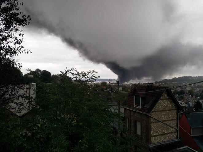 Le panache de fumée vu depuis le quartier du Mont-Fortin, au-dessus de la gare de Rouen. © PB