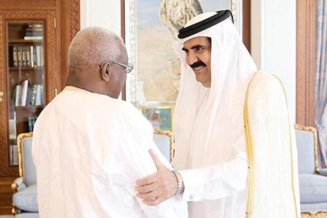 Le président de l'IAAF Lamine Diack avec l'émir du Qatar Hamad ben Khalifa al-Thani, à Doha en 2013. © IAAF