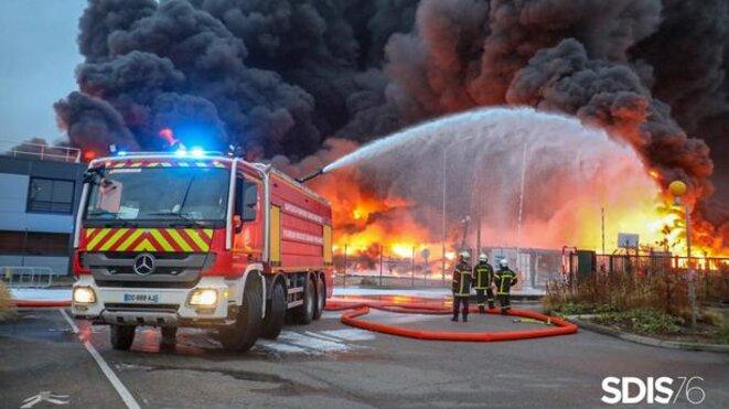 Une explosion a eu lieu à l'usine Lubrizol à Rouen (Seine-Maritime) ce jeudi 26 septembre 2019 vers 2 heures du matin. © SDIS 76