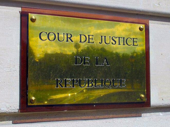 Plaque de la Cour de justice de la République, 21 rue de Constantine (Paris VII). © Photo: Celette/Wikimedia Commons, lic. CC-BY-SA int. 4.0 (recadrage et traitement par LB).