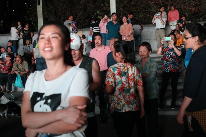 Les habitants du quartier de Pingguoyuan assistent à un spectacle. © JP