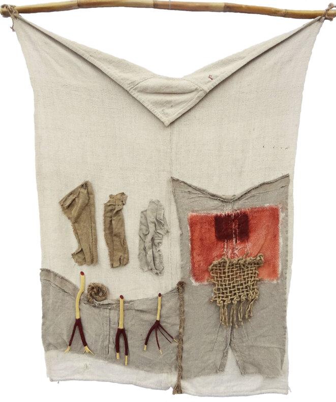 Kléber, « Périgrination II », acrylique, terre du Lot, fragments de buis et de tissus de mémoire cousus sur tenture, roseau, 100 x 30 cm, 2018