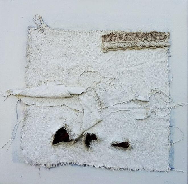 Kléber, « Édito XXXIV », acrylique et fragments de tissus de mémoire sur toile, 40 x 40 cm, 2019