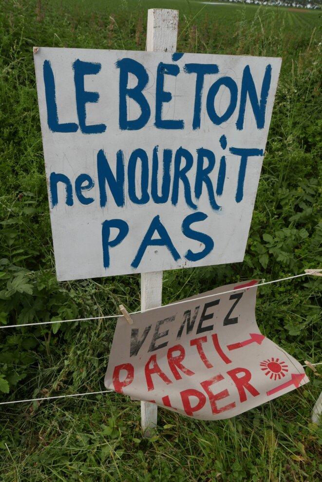 Une pancarte dans le champ cultivé par les sauveteurs de terre à Gonesse. © Alice Le Roy