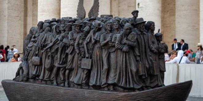 Sculpture en place Saint-Pierre de Rome représentant 140 migrants de toutes origines.