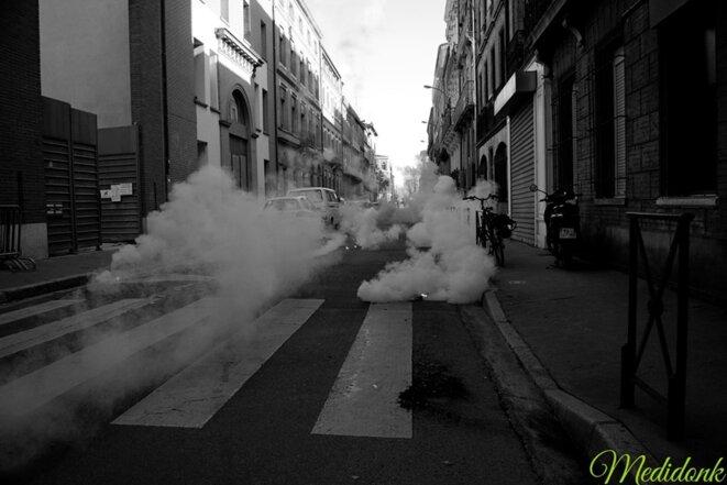 Prise de vue juste après le premier lancer de grenades, la rue est bien déserte © Medidonk Photographie