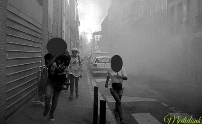 Vue quelques instants après les lancers de grenades : le nuage de gaz se disperse © Medidonk Photographie