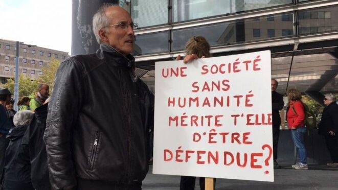 Un manifestant devant le Palais de justice de Grenoble (Isère) © France3 Alpes/G.L.