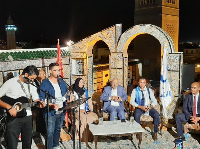 Rached Ghannouchi, le leader historique d'Ennahda et candidat pour la première fois aux législatives (3e en partant de la droite). © Lilia Blaise