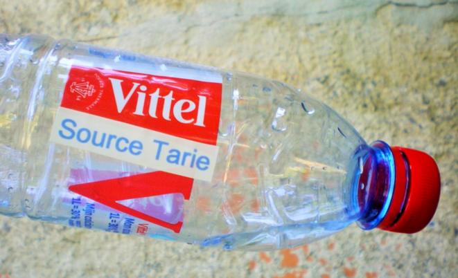 Détournement militant contre l'assèchement de la nappe phréatique de Vittel par Nestlé.