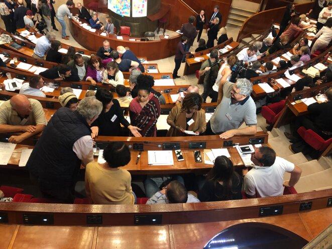 Les citoyens tirés au sort travaillent en groupe dans l'hémicycle du Cese, vendredi. © CG