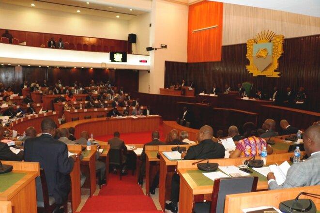 Les Députés adoptant dix projets de loi adoptés en plénière © Direction de l'Information et de la Communication de l'Assemblée Nationale