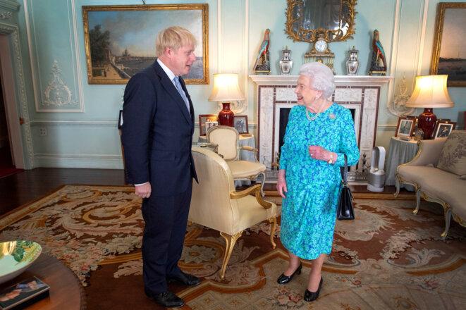 Le premier ministre Boris Johnson et la reine Elizabeth II le 24 juillet 2019 à Buckingham Palace à Londres. © Reuters