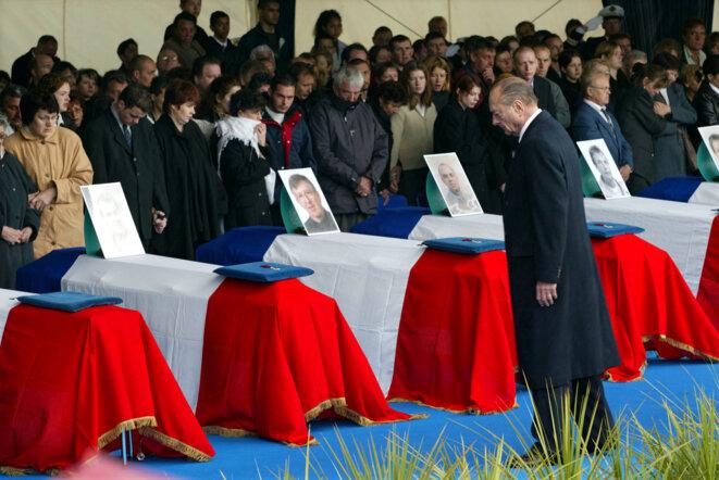 Jacques Chirac s'inclinant, à Cherbourg, devant les cercueils des victimes de l'attentat de Karachi. © Reuters