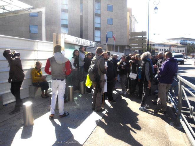 Rassemblement de soutien devant le TGI vers 13 h © L. Gaignebet