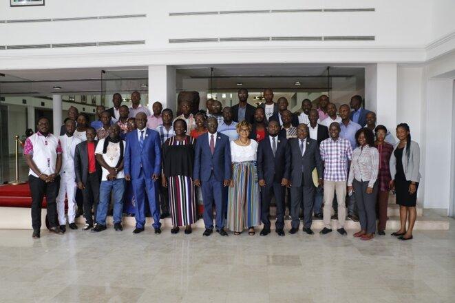Photo de famille des journalistes avec le DICAN © Direction de l'Information et de la Communication de l'Assemblée Nationale