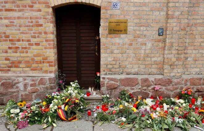 Des fleurs et des bougies devant la synagogue de Halle, le 10 octobre. © Reuters