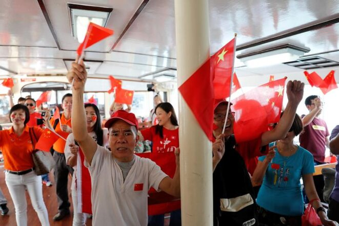 Des manifestants pro-chinois à Hong Kong le 1er octobre 2019. © REUTERS/Tyrone Siu