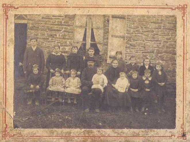 Famille Barbo, environ 1920, Plélan le Grand © Servane REGNAULT