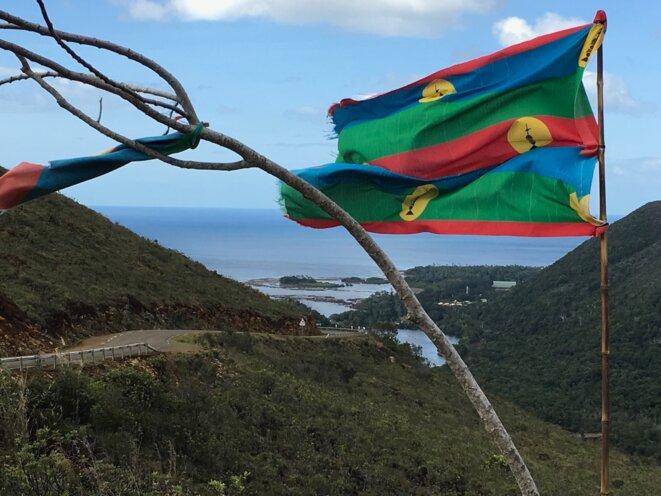 """Reste de la campagne référendaire """"Affichons nos couleurs"""" au-dessus de Yaté (juin 2019). © I. Leblic"""