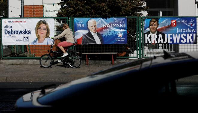 Affiches électorales pour les législatives en Pologne © Reuters