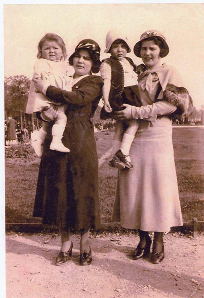 Thérèse, à droite, dans son exil parisien et peu de temps avec sa mort, tenant dans ses bras une enfant qui n'est pas la sienne, environ 1932 © Servane REGNAULT