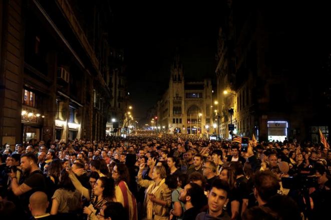 Manifestation à Barcelone, lundi 14 octobre en fin de journée, après le verdict sévère du procès des indépendantistes catalans. © REUTERS/Rafael Marchante