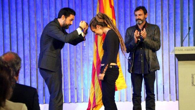 11 septembre 2019. Ceux qu'Irene Lozano et España Global veulent faire passer pour des nationalistes xénophobes comparables a Matteo Salvini, remettent la medaille d'or du parlement catalan a la capitaine du SeaWatch et au fondateur d'Open Arms.