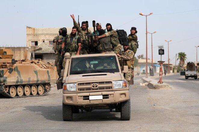 Des combattants syriens pro-Turcs à Tell Abyad, en Syrie, le 14 octobre 2019. © REUTERS/Khalil Ashawi