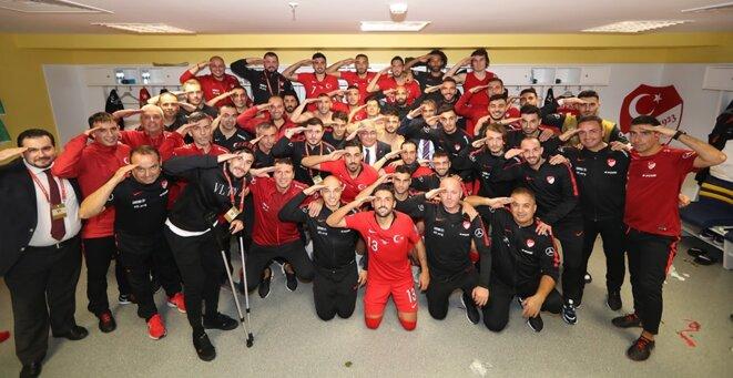 Joueurs et staff technique de l'équipe nationale turque mimant un salut militaire après le match Turquie - Albanie (11 octobre 2019)