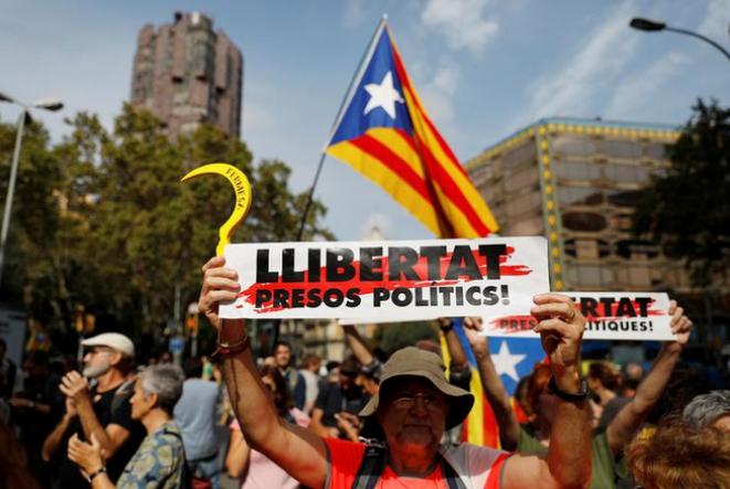 Un manifestante en la Plaza de Cataluña, en Barcelona, el lunes 14 de octubre de 2019. © REUTERS/Rafael Marchante
