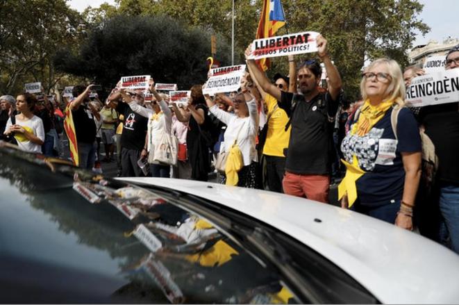 Lundi 14 octobre 2019. Manifestation près de la place de Catalogne à Barcelone, après l'annonce du jugement condamnant les indépendantistes. © Rafael Marchante / Reuters