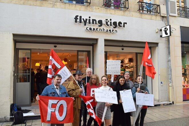 Les employées de Flying Tiger en grève devant leur magasin, ce samedi 12 octobre 2019 © L.S.
