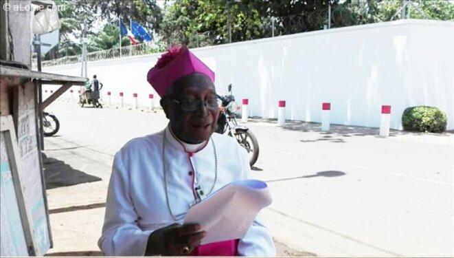 Mgr Philippe Kpodzro lisant sa déclaration devant l'Ambassade de France à Lomé le 11 octobre 2019