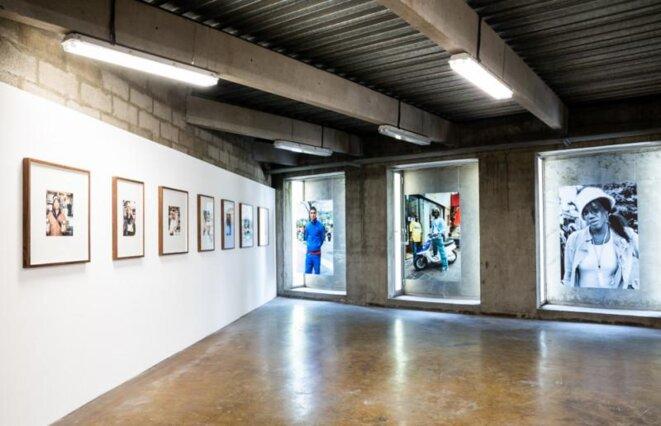 """Vue de l'exposition """"Libre échange"""" de Mohamed Bourouissa, Monoprix, rencontre de la photographie, Arles, 2019 © Aurore Valade"""