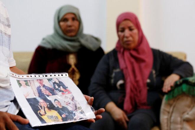 Réunis autour des photos du jeune homme, les parents de Fakher Hmidi, 18 ans, porté disparu depuis le naufrage de son embarcation au large de Lampedusa, le 7 octobre. Il fuyait la Tunisie. © Reuters