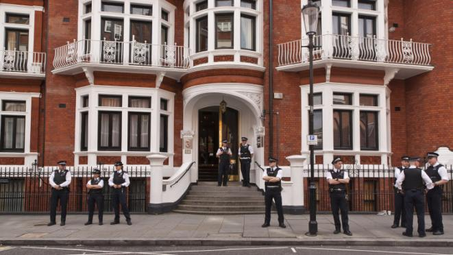 Ecuadorian Embassy Standoff - Front Entrance (Jaggers on Flickr)