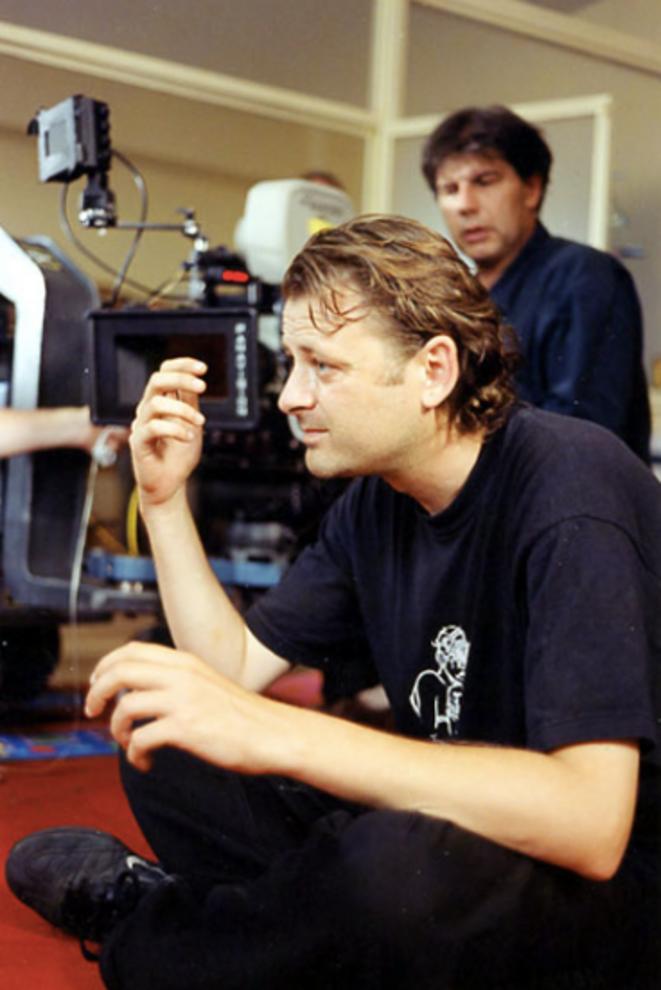 """Le réalisateur Christophe Ruggia sur le tournage du film """"Les Diables"""" (2002)."""