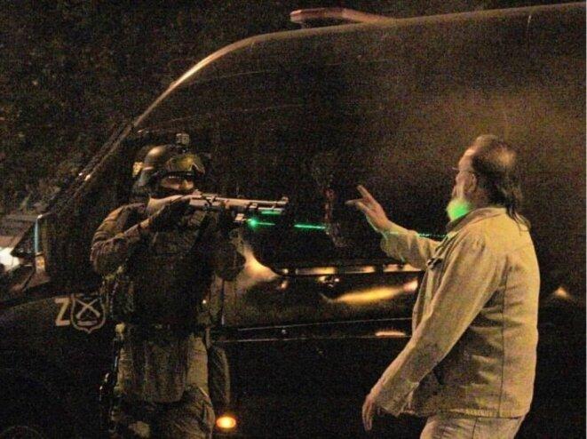 Carabinero apunta a un transeunte en Santiago en Rebelion © beretzzz