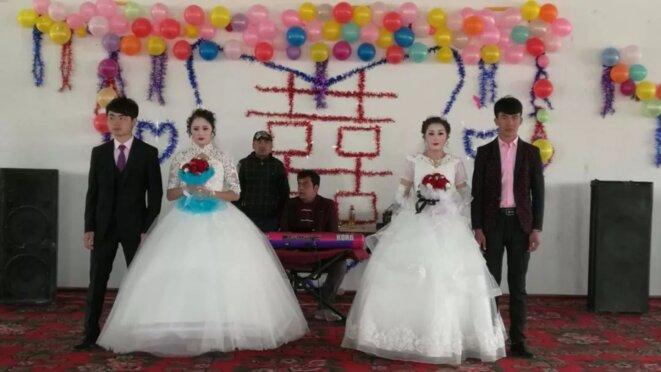 Un mariage interethnique impliquant des sœurs jumelles ouïghoures, un homme Han et un homme ouïghour à Yarkand le 14 mars 2019.