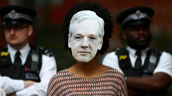 Une manifestante porte un masque représentant Julian Assange, le 14 juin 2019 devant la cour de justice de Westminster, Londres © © Hannah Mckay Source: Reuters