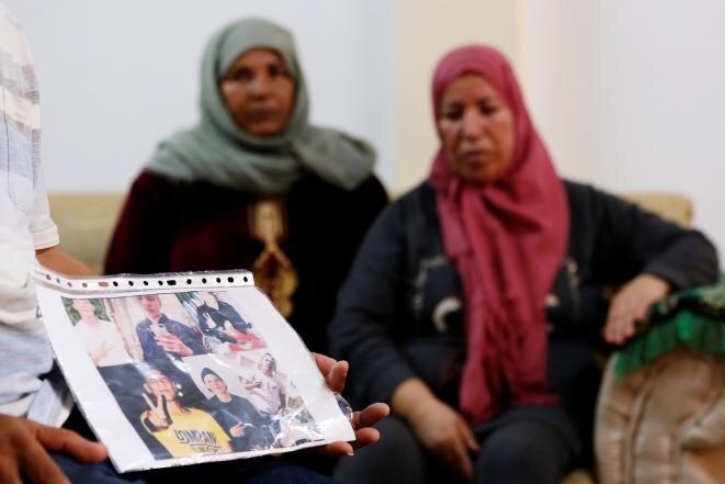 Reunidos en torno a la foto del joven, los padres de Fakher Hmidi, 18 años, desaparecido tras el naufragio de su embarcación cerca de Lampedusa, el 7 de octubre. Huía de Túnez. © Reuters