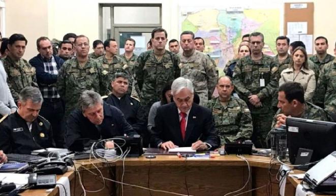 El presidente chileno Sebastián Piñera con el Estado Mayor del Ejército. © DR