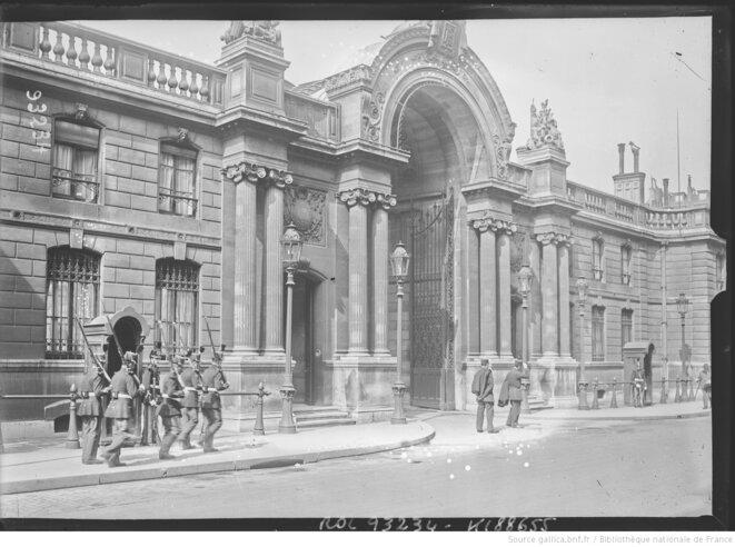 Entrée du palais de l'Elysée. Photographie de presse. Paris, Agence Rol, 1924. Source: www.gallica.bnf.fr