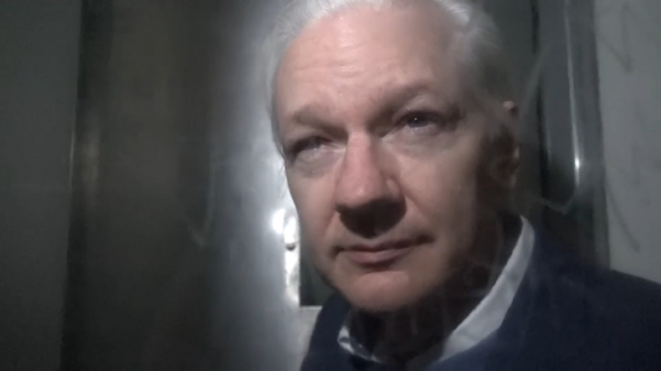 Julian Assange en fourgon cellulaire le 21 octobre 2019. © RT