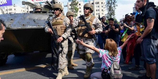 l-armee-chilienne-est-dans-les-rues-de-santiago-depuis-samedi-dernier-sur-ordre-du-president-alvaro-qui-a-decrete-l-etat-d-urgence