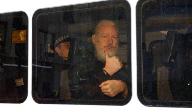 Assange en transfert après avoir été détenu à Londres. REUTERS