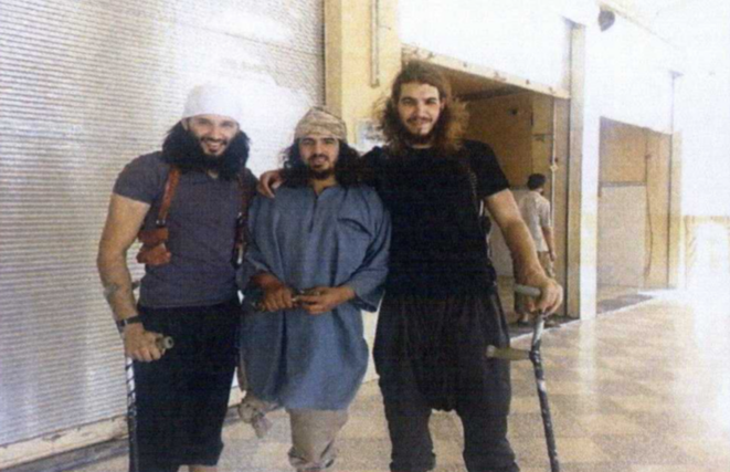 Foued Mohamed-Aggad (à gauche) et Ismaël Omar Mostefaï (à droite) encadrent un djihadiste cannois. Cette photo a circulé dans des prisons en France, moins de trois mois avant la tuerie du Bataclan. © DR